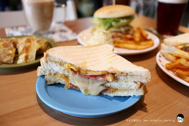 【羅東早午餐】 一起早餐吧工作室17brunchbar|鴨賞蛋餅牛肉漢堡帕里尼與義式咖啡