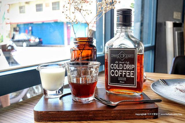 【宜蘭咖啡】隱藏版小咖啡|威士忌瓶冰滴咖啡街角老屋下午茶甜點蛋糕
